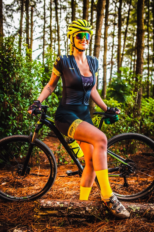 Macaquinho Ciclismo Feminino  HUPI Like a Girl Gold Manga Curta